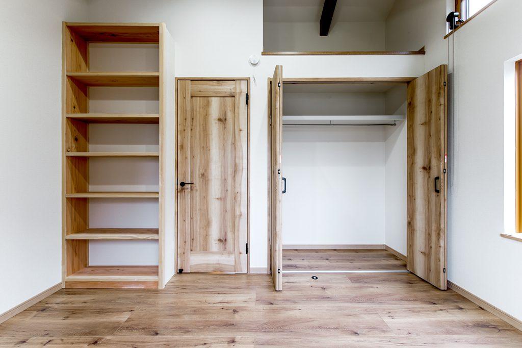 市川市東菅野 新築一戸建て クローゼットと本棚付きの洋室